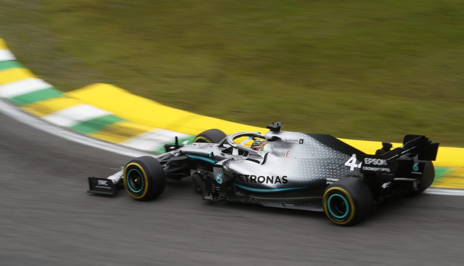 Hamilton pips Verstappen to top spot in final practice