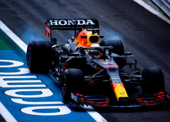 FP2: Verstappen just faster than Mercedes in practice two